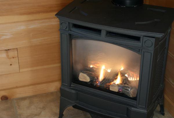 Современная чугунная печь-камин для дачи