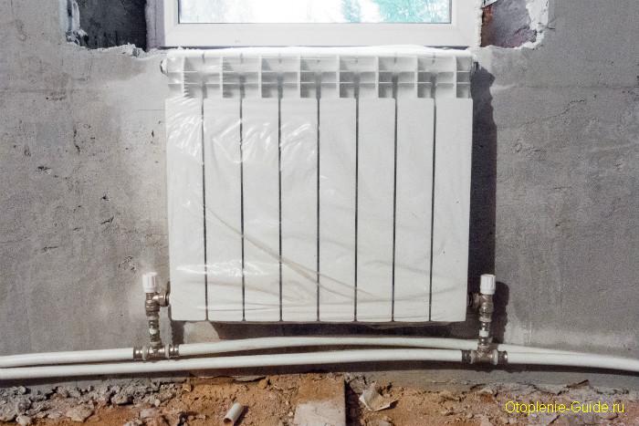 Радиатор с нижним подключением в двухтрубке из металлопластиковых труб.
