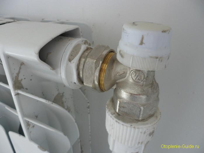 Угловой радиаторный клапан.