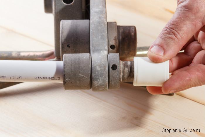 Процесс сварки трубы и муфты.